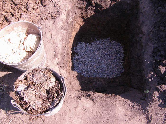 Если почва глинистая, обязательно потребуется дренажный слой
