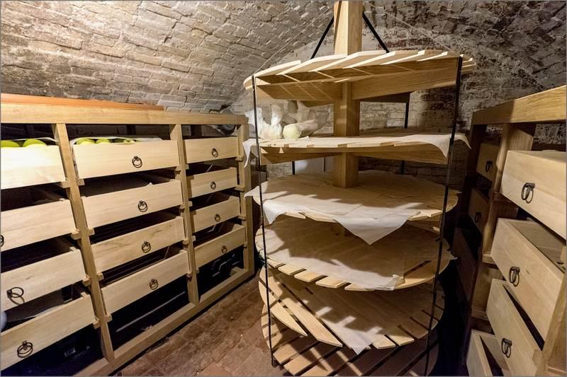 Груши хранят в деревянных ящиках в подвале или в погребе