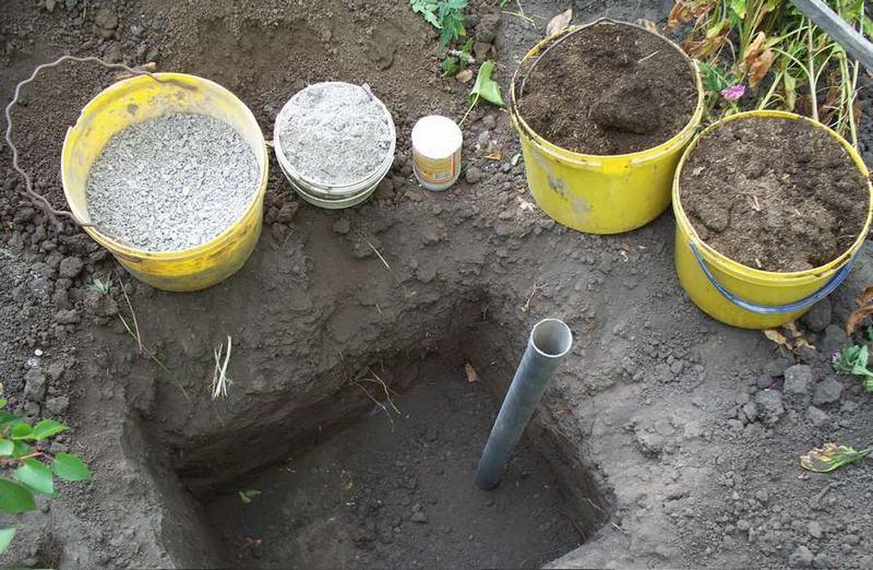 Посадочную яму для саженца винограда заполняют смесью из плодородной земли и комплексного удобрения