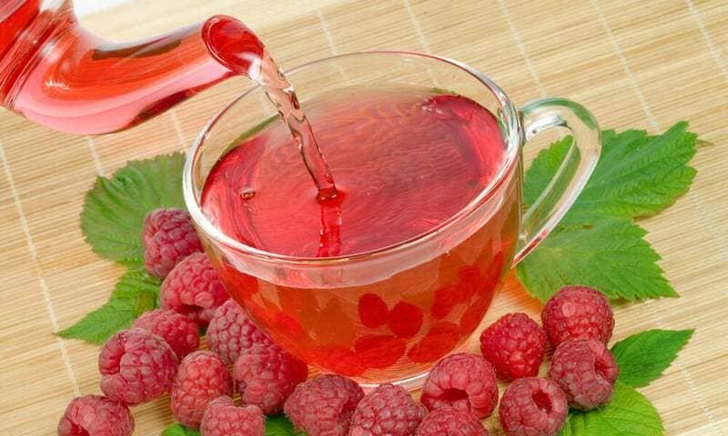Чай с малиной оказывает жаропонижающее, антитоксическое, потогонное, антимикробное действие