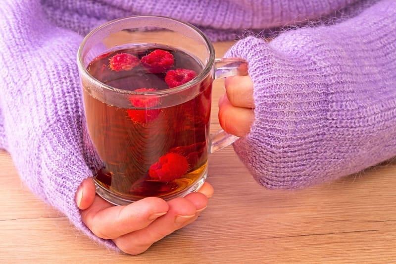 Чай с малиной оказывает общеукрепляющее и лечебное воздействие