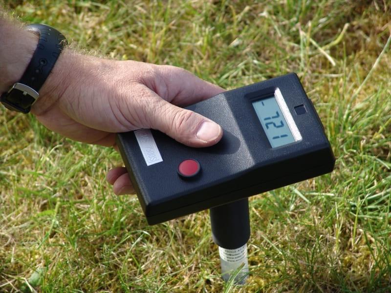 Для определения влажности почвы используют прибор тензиометр