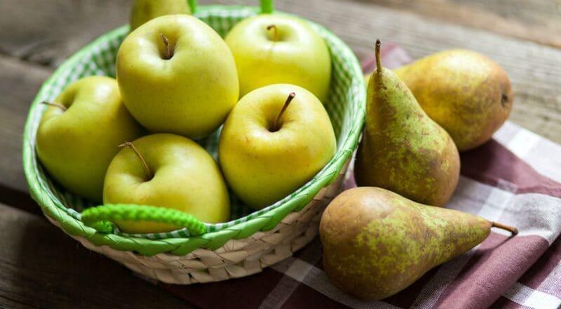 По рекомендации диетологов, человек в день может съедать 1-2 груши или яблока