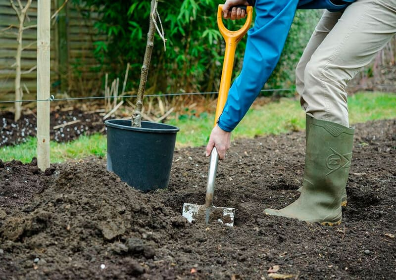 На участке подготавливают яму прямоугольной формы глубиной около 30-40 см
